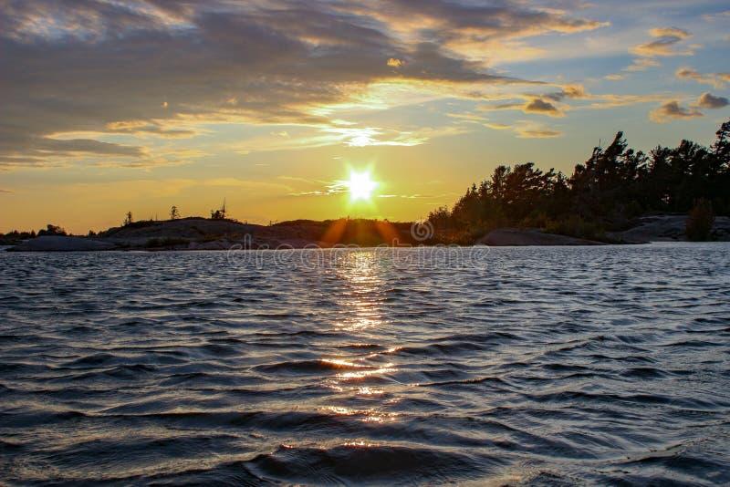 Por do sol no lago na baía georgian de Ontário Canadá foto de stock royalty free