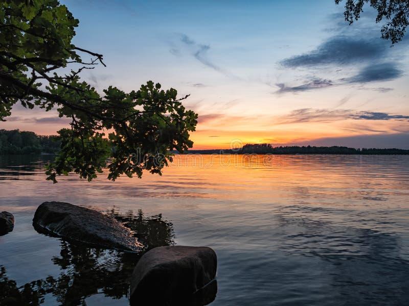 Por do sol no lago na cidade sueco Vaxjo fotografia de stock royalty free