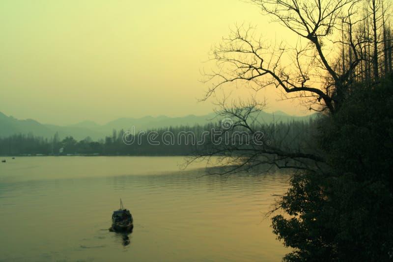 Por do sol no lago ocidental fotografia de stock
