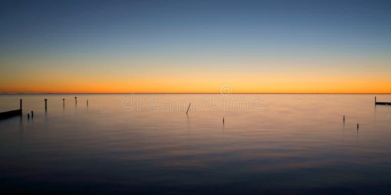 Por do sol no lago Ponchartrain, Louisiana imagens de stock royalty free