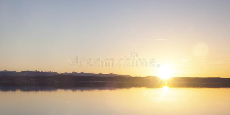 Por do sol no lago Starnberger foto de stock royalty free