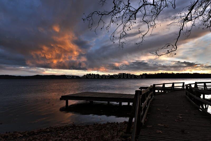 Por do sol no lago Varese imagem de stock royalty free