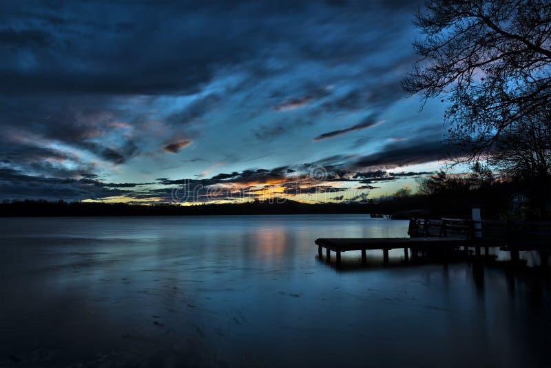 Por do sol no lago Varese imagens de stock
