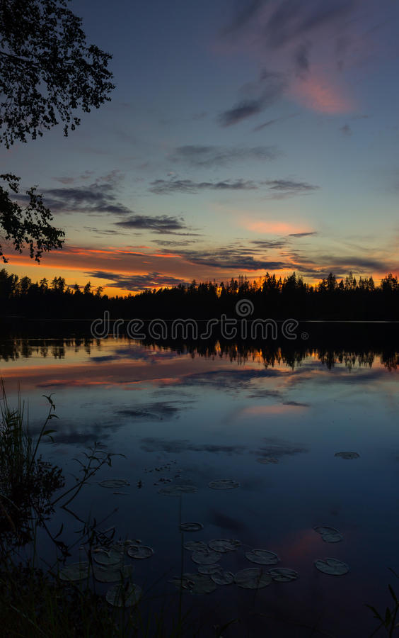 Por do sol no lago Vetrenno, o istmo careliano, oblast de Leninegrado, Rússia fotografia de stock