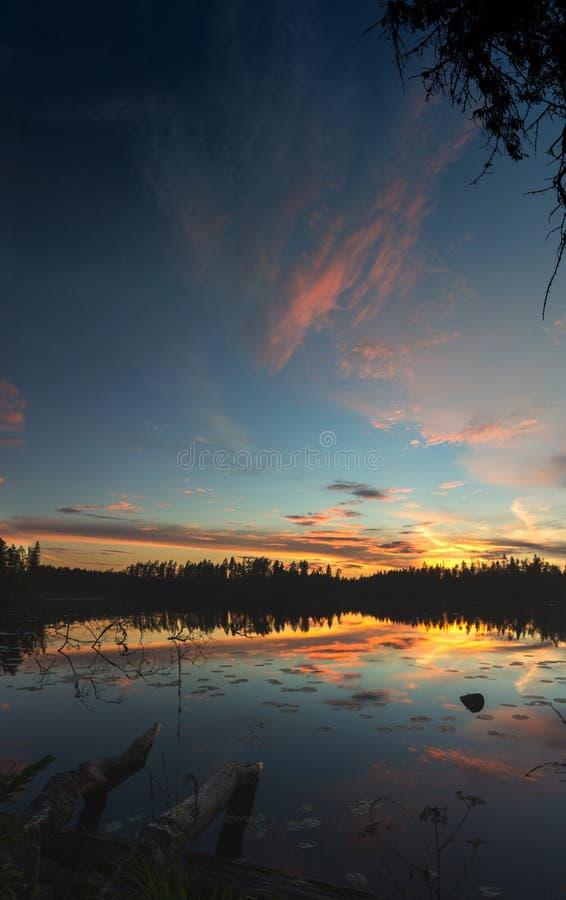 Por do sol no lago Vetrenno, o istmo careliano, oblast de Leninegrado, Rússia imagens de stock