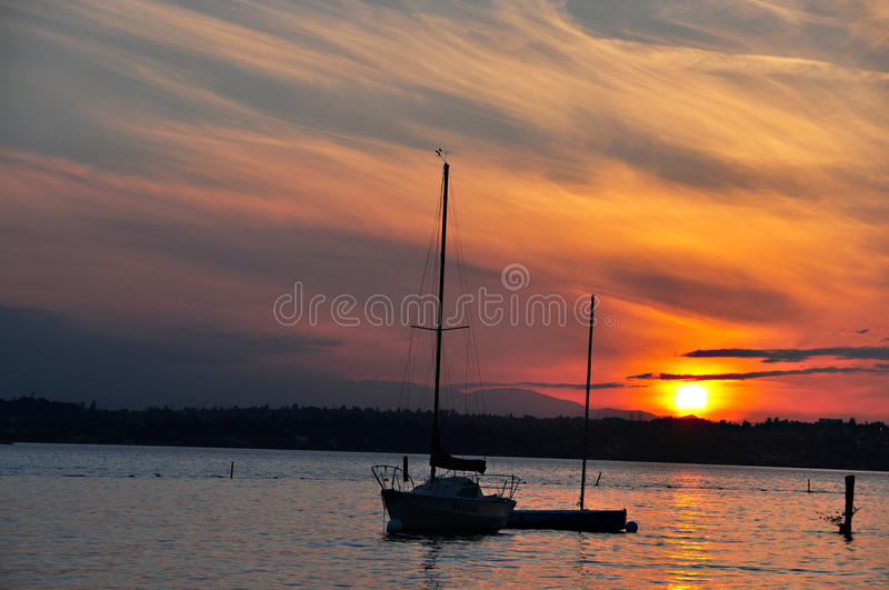 Download Por Do Sol No Lago Washington Foto de Stock - Imagem de barcos, estado: 10067972