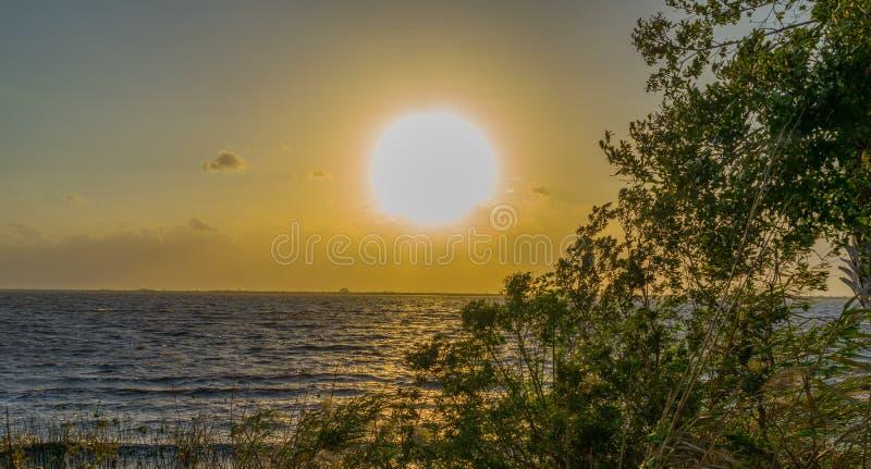 Por do sol no lago Washington perto de Melbourne Florida imagens de stock