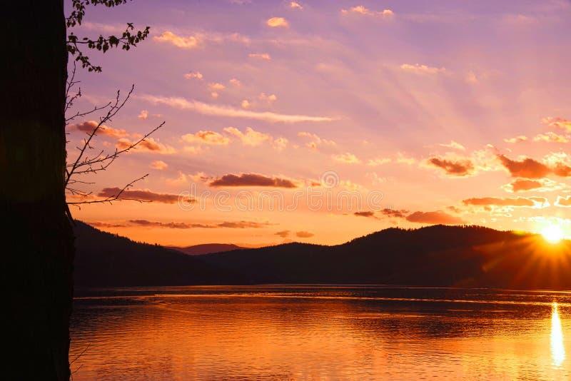 Por do sol no lago whitefish, Montana fotografia de stock