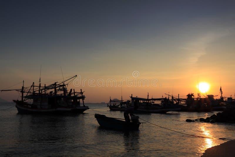 Por do sol no louro do prachuap, Tailândia foto de stock royalty free