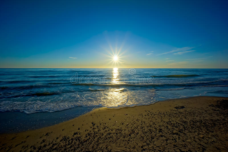 Por do sol no mar Báltico imagem de stock