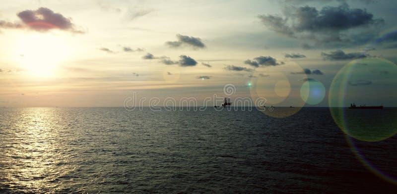 Por do sol no mar calmo fotos de stock