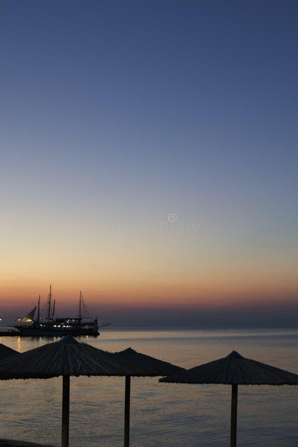 Por do sol no mar com navio entrado foto de stock