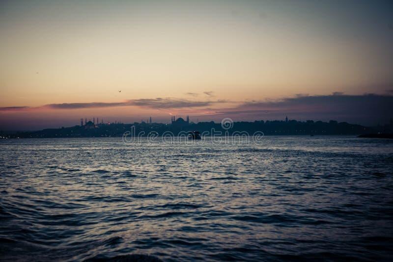 Por do sol no mar da ilha de mármore de Istambul fotos de stock