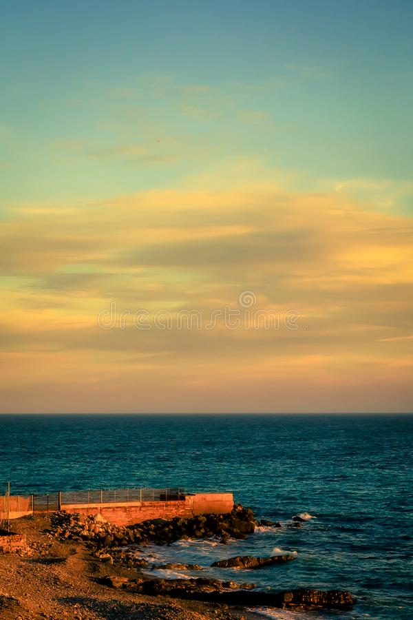 Por do sol no mar em Genoa, It?lia imagem de stock royalty free