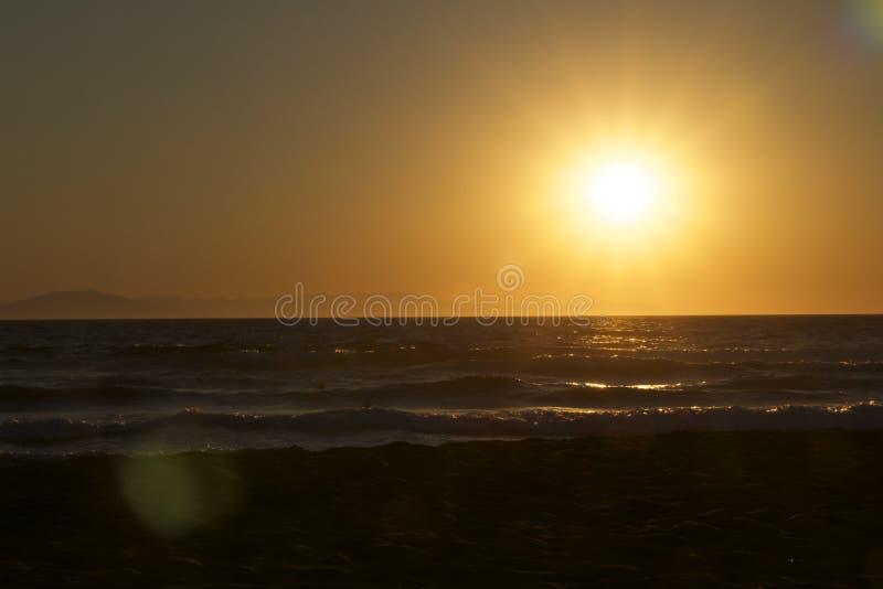 Por do sol no mar em Grécia imagem de stock royalty free