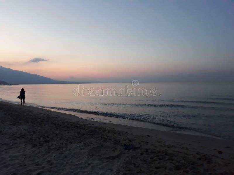 Por do sol no mar em Gr?cia fotografia de stock