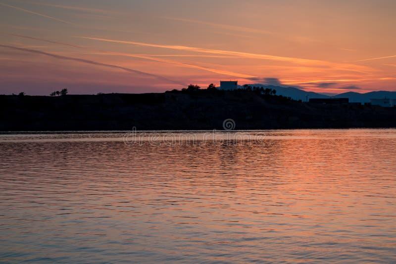 Por do sol no mar em Omisalj, ilha Krk, Croácia imagens de stock royalty free