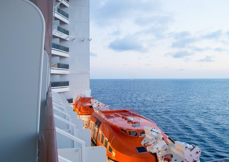 Por do sol no mar Mediterrâneo, uma vista bonita do navio de cruzeiros, barcos salva-vidas visíveis fotografia de stock royalty free