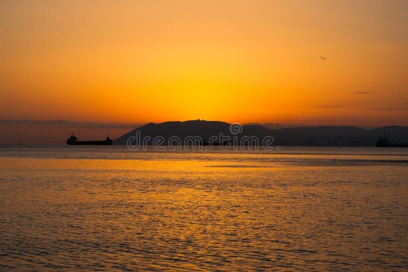 Por do sol no Mar Negro, fotografado em Crimeia Navigação de diversos barcos no horizonte Rippling da superfície da água Ajuste S foto de stock royalty free