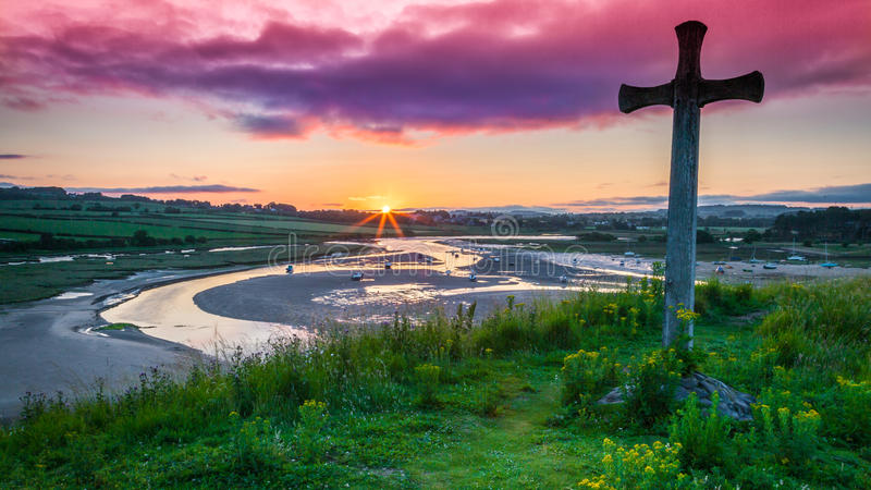Por do sol no monte da igreja em Northumberland fotos de stock royalty free