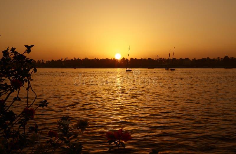 Por do sol no Nilo do rio fotografia de stock