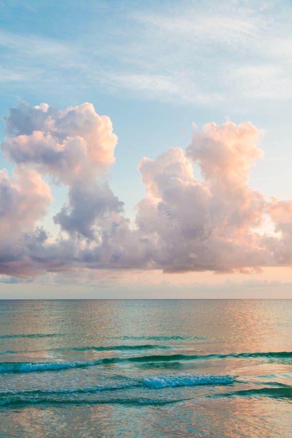 Por do sol no Oceano Atlântico foto de stock royalty free
