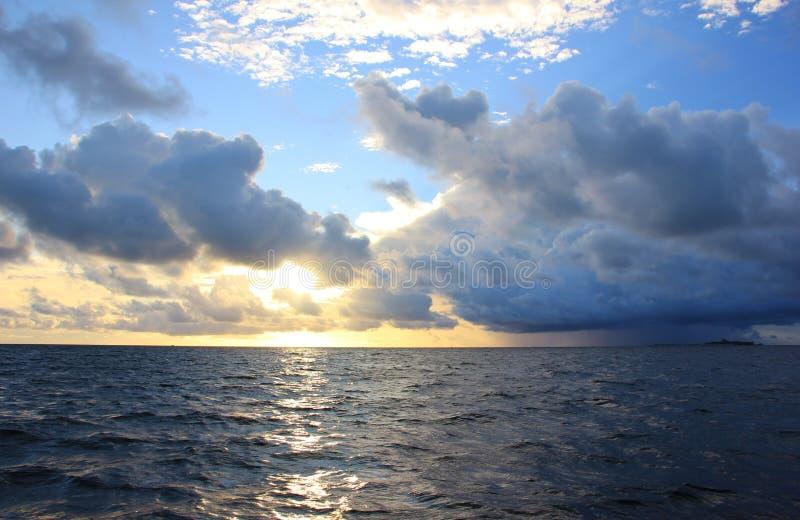 Por do sol no oceano, Maldivas imagens de stock