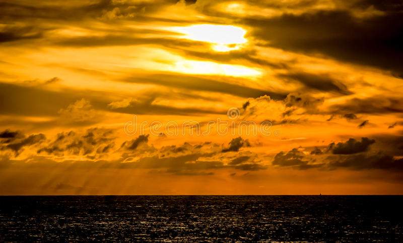 Por do sol no oceano no Bahamas fotografia de stock royalty free