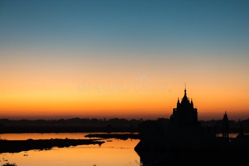 Por do sol no pagode de Shwe Modeptaw fotografia de stock