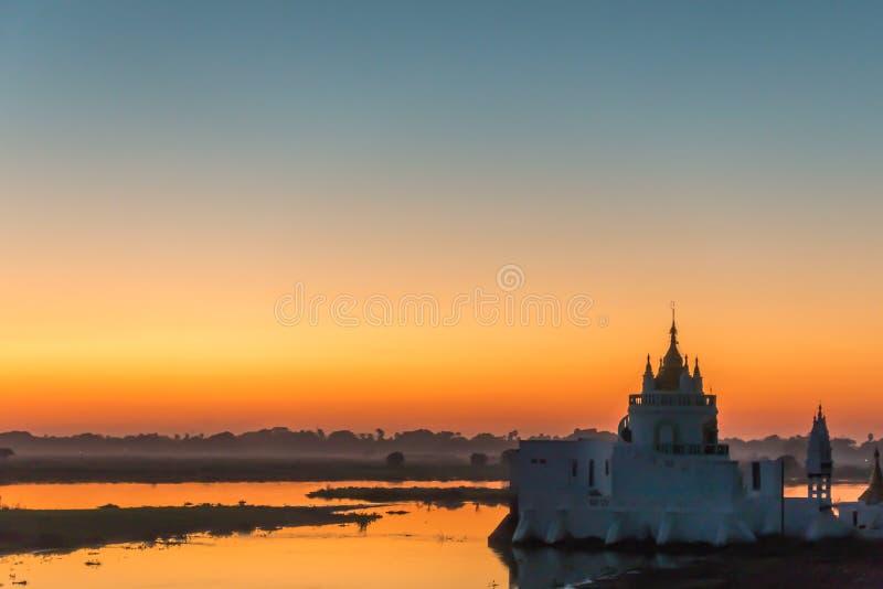 Por do sol no pagode de Shwe Modeptaw fotografia de stock royalty free