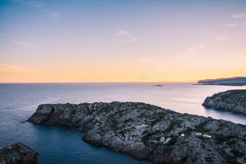 Por do sol no parque nacional de Tampão de Creus, Costa Brava, Catalonia imagem de stock