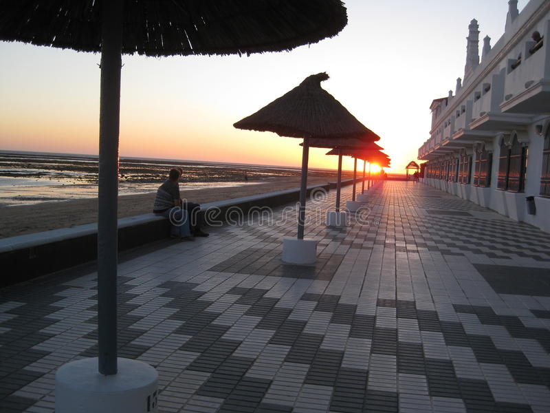 Por do sol no passeio à beira mar fotografia de stock royalty free