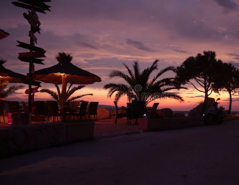 Por do sol no passeio e no café do beira-mar imagens de stock royalty free