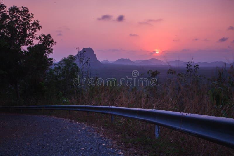 Por do sol no ponto de vista em Prachuap Khiri Khan Province, Tailândia imagens de stock royalty free