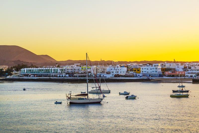 Por do sol no porto com navigação imagens de stock royalty free
