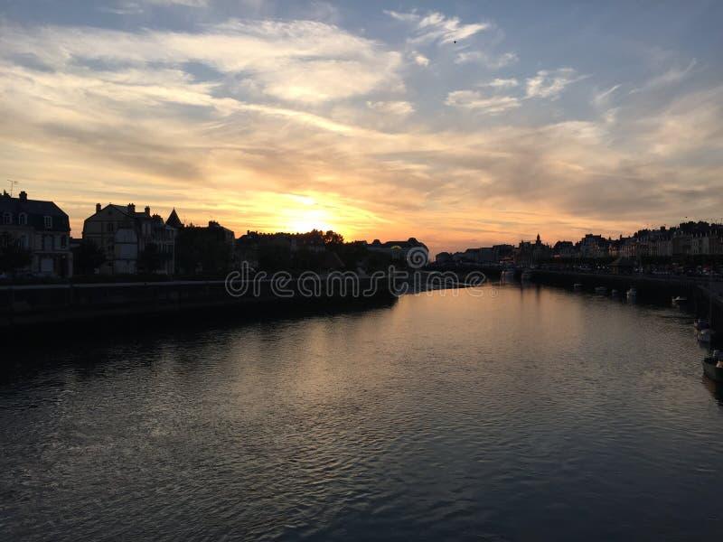Por do sol no porto de Deuville foto de stock