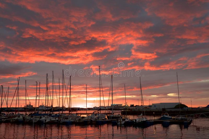 Por do sol no porto de Reykjavik imagens de stock