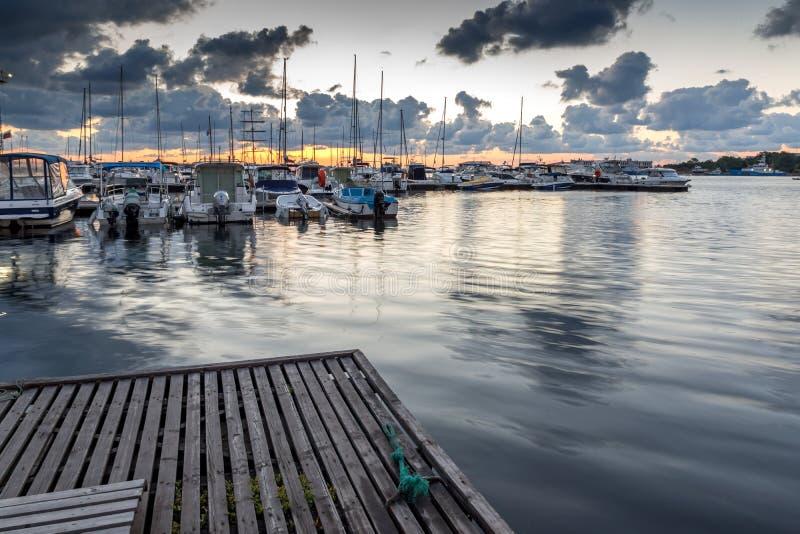 Por do sol no porto de Sozopol, região de Burgas, Bulgária foto de stock royalty free