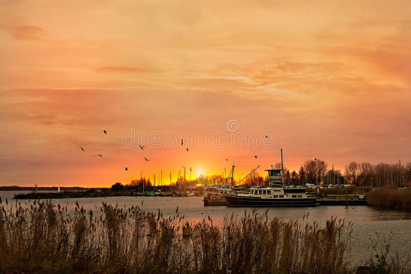 Por do sol no porto em Almere foto de stock royalty free