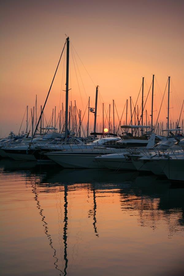 Por do sol no porto grego. fotografia de stock royalty free
