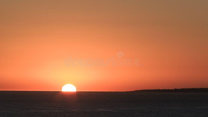 Por do sol no povoado indígeno/Uruguai da casa foto de stock