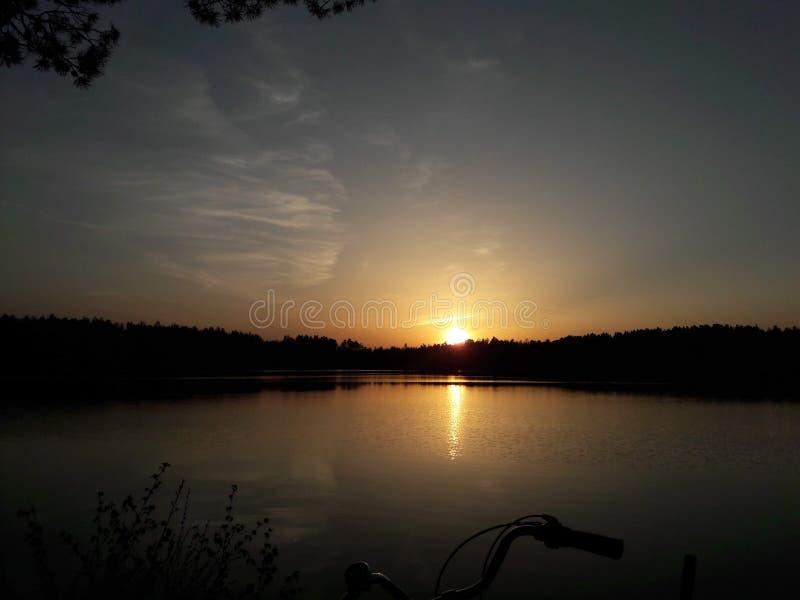 Por do sol no rio imagens de stock royalty free