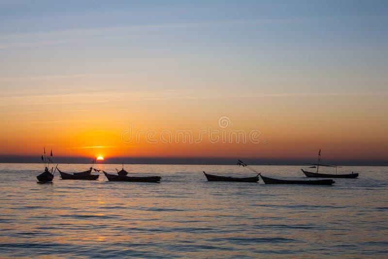 Por do sol no rio ayeyarwady, myanmar imagem de stock