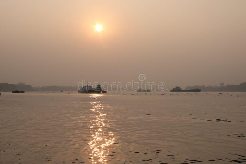 Por do sol no rio de Ganga, Índia fotografia de stock royalty free