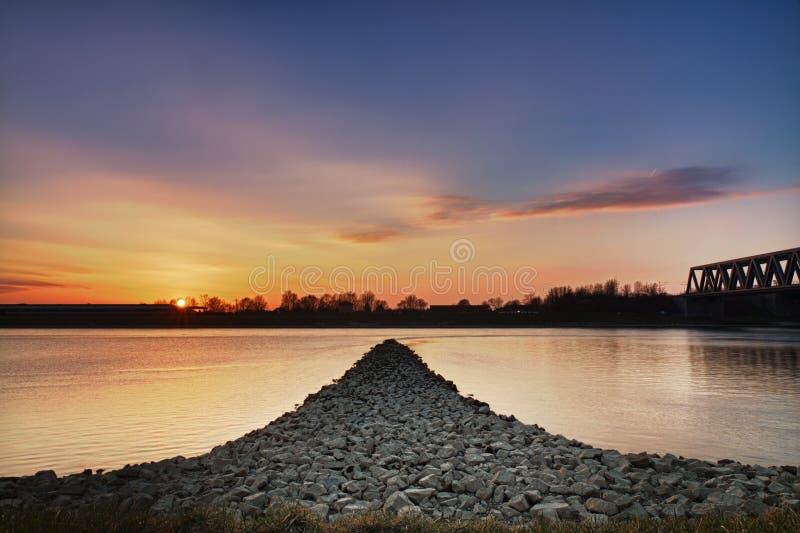 Por do sol no rio de Rhein, Wörth, Alemanha fotografia de stock royalty free