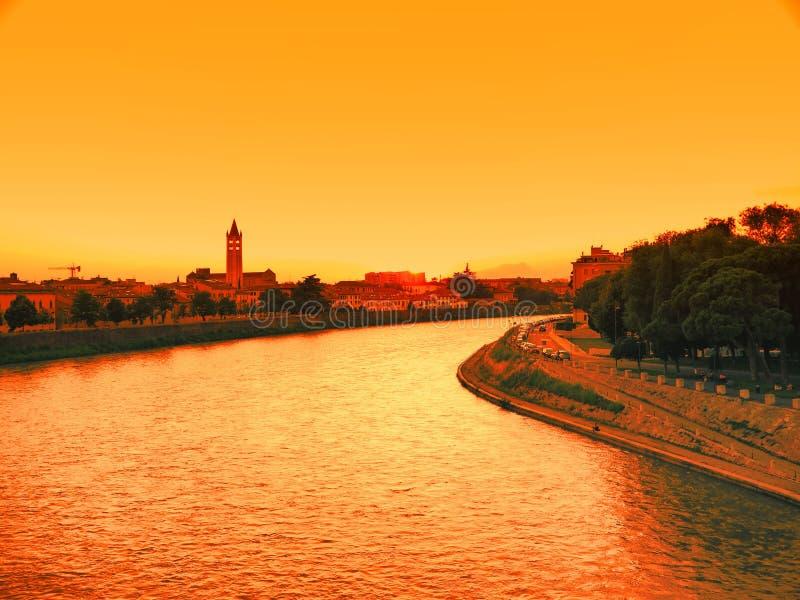 Por do sol no rio na cidade romântica de Verona Italia fotos de stock royalty free