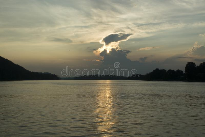 Por do sol no Rio Ohio fotos de stock royalty free