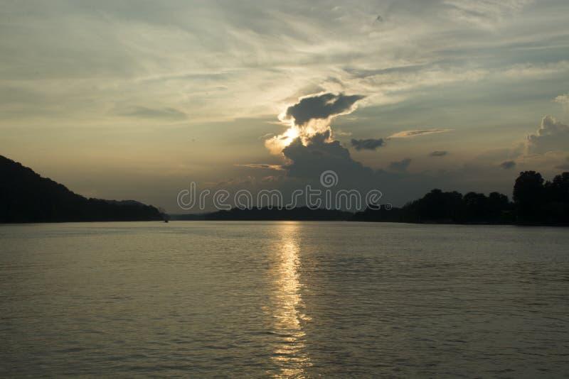 Por do sol no Rio Ohio imagem de stock royalty free