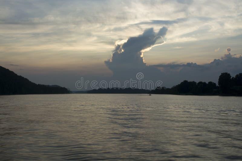Por do sol no Rio Ohio fotografia de stock royalty free