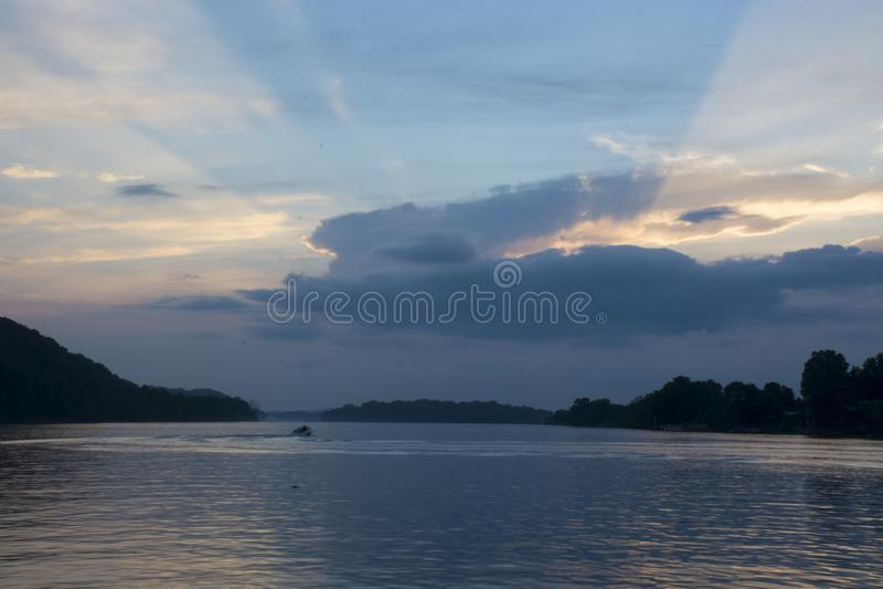 Por do sol no Rio Ohio imagem de stock
